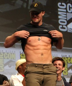 Stephen-Amell-Flashes-His-Abs-Comic-Con-2014-Pictures