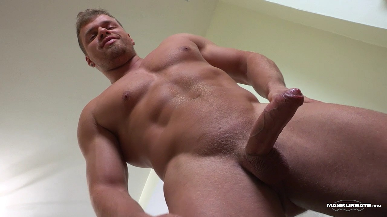 Maskurbate brad and his pefect muscles masturbating in kitchen